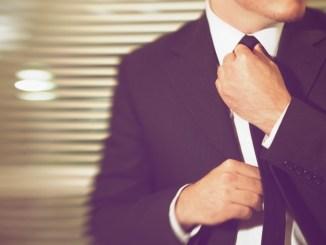 мъж с вратовръзка