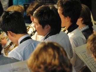 ученици свирят