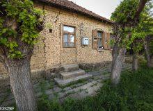 След идването на българите входовете за къщите биват зазидани и изместени откъм дворовете.