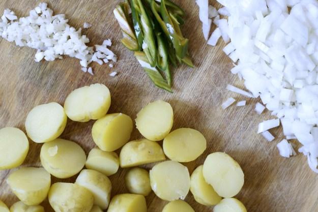 Czosnek, zielone chili, cebula, ugotowane młode ziemniaki