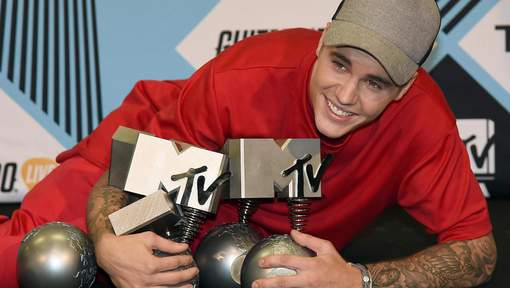Justin Bieber poses with his awards at the MTV Europe Music Awards (EMAs) 2015 Italy, 25 October 2015. EPA/DANIEL DAL ZENNARO