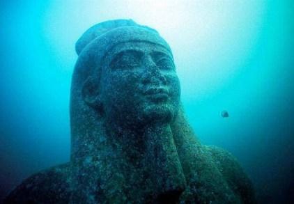 Tượng thần Hapy chìm dưới đáy biển. Nguồn: Wikimedia.