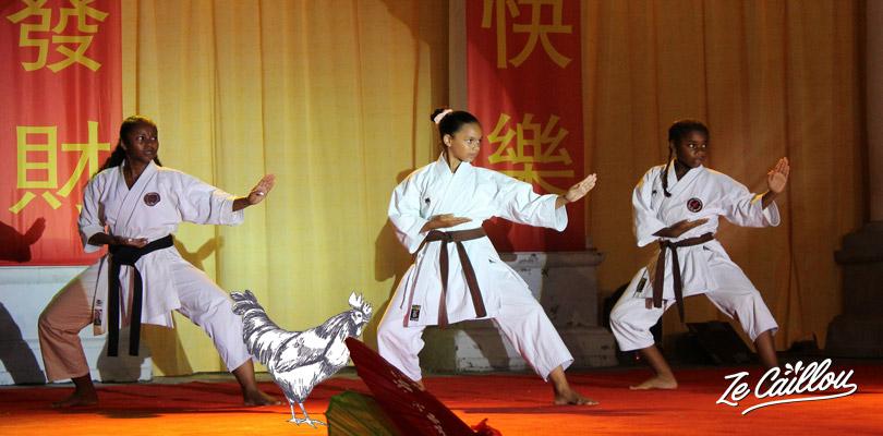Kata exécuté par des élèves ceinture noire de karaté lors des célébrations du nouvel an chinois