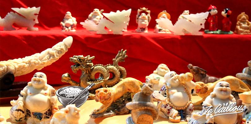 Figurines de dragons, lapin, coq, tigre, qui représentent les signes de l'astrologie chinoise
