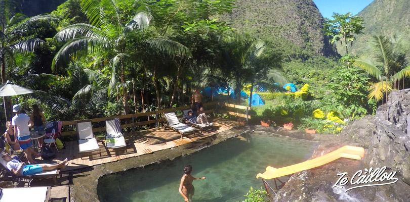 La piscine de pierres naturelles avec ses hamacs et cocotiers