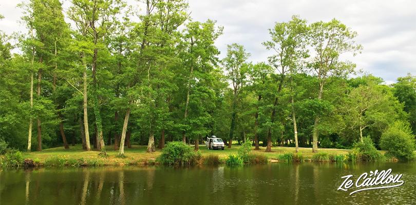 Dormir à Mimizan dans les Landes en van aménagé au bord d'un lac