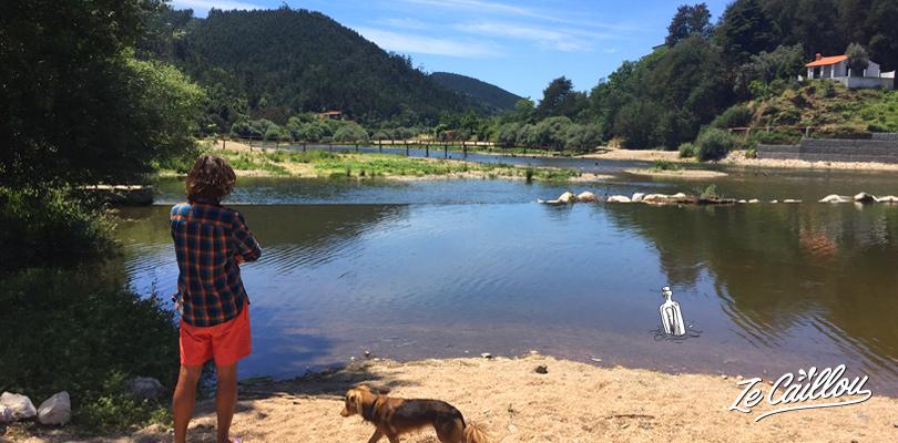 Les abords de la Praia Fluvial proche de Coimbra au Portugal