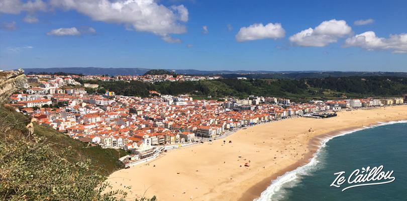 Vue panoramique sur la ville de Nazaré, réputée pour ses immenses vagues de surf au Portugal