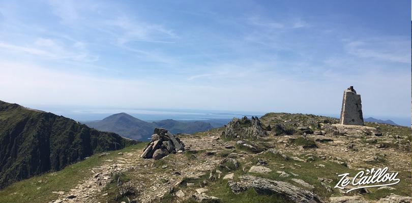 La grosse pierre indique la fin du sentier Crib Goch pour arriver au mont snowdon