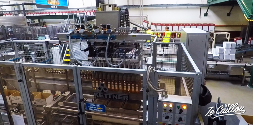 La mise en bouteilles des whisky à la distillerie de Bushmills en Irlande du Nord
