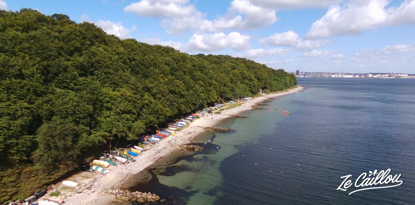 Petite plage de pêcheurs au sud de Aarhus au Danemark