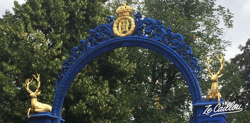 Le grand portail bleu à l'entrée de l'île de Djurgarden en Suède.