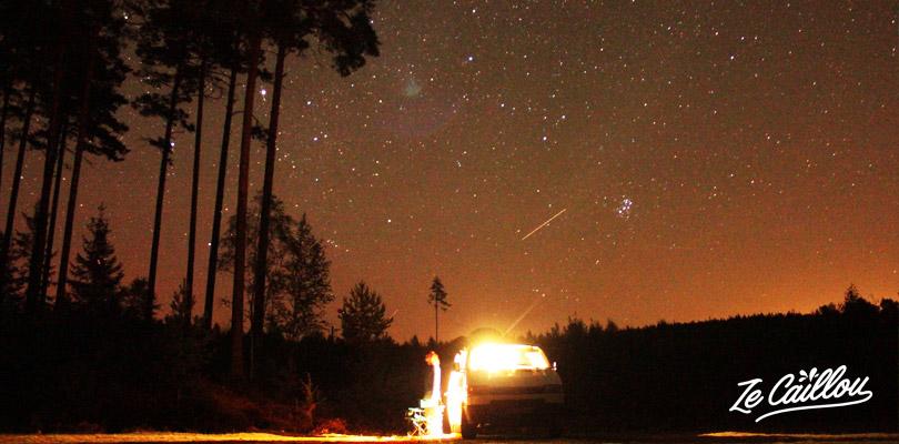 Faire un BBQ et un camping en pleine nature sous un ciel étoilé en Suède.