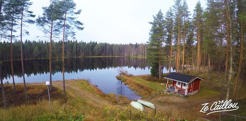 Vue sur le lac et sauna traditionnel depuis notre cottage finlandais à Kajaani en Finlande
