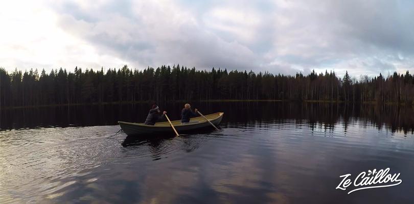 Partir à la pêche en barque lorsqu'on loue un chalet en Finlande et son lac privatif