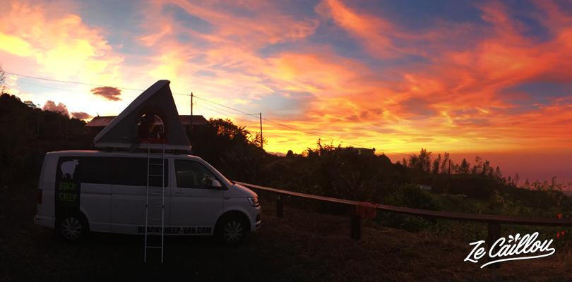 Merveilleux lever de soleil lors de notre roadtrip en van à la Réunion.