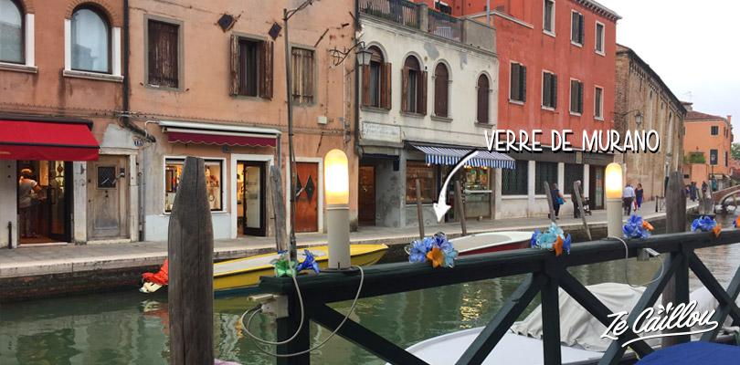 On trouve des décorations en verre de Murano sur l'île de Murano à Venise.