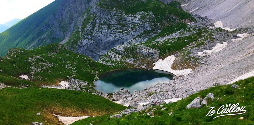 Lac Luznici Jezero lors de la boucle de randonnée du Mont KRN dans le parc Triglav en Slovénie.