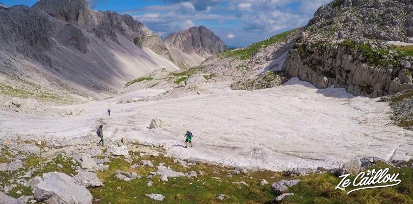 Nous avons marché dans la neige lors de la marche du mont KRN alternative au mont Triglav en Slovénie.