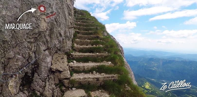 Les escaliers en pierre le log de la falaise en montant le sommet Botagnica à KRN.
