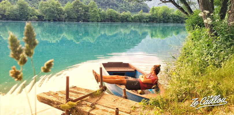 La couleur du lac de Most na Soci en Slovénie est d'un bleu qui semble irréel.