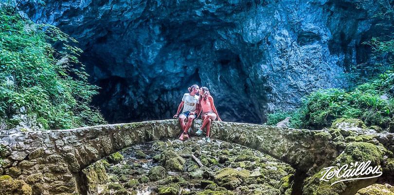 Tunnels, grottes, trous dans la roche, pont de pierre, le parc Rakov Skojan en Slovénie.