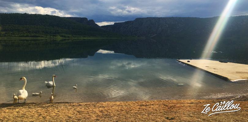 Le décor lorsque l'on ouvre la porte du van devant le lac Visovac en nord de KRKA en Croatie.