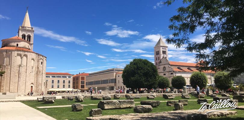 Place centrale de Zadar et sur la gauche la cathédrale de Sainte-Anastasia pour une vue panoramique de la ville.