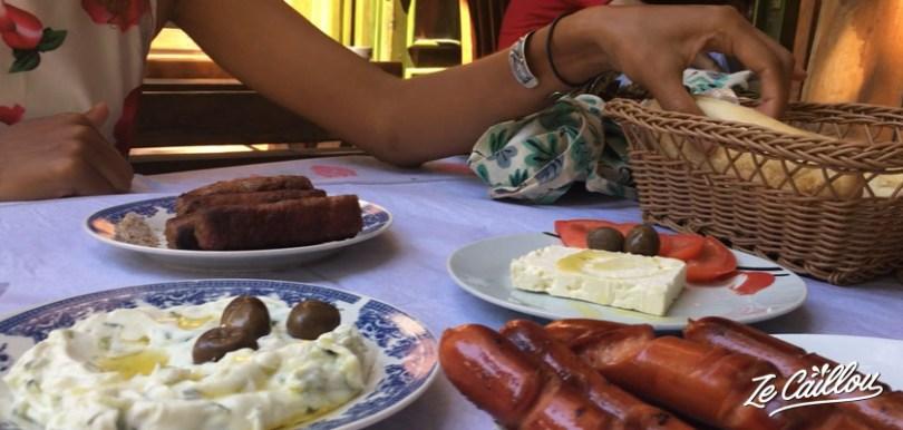 La nourriture locale en Albanie est simple mais variée avec des influences grecque, slave et turque.