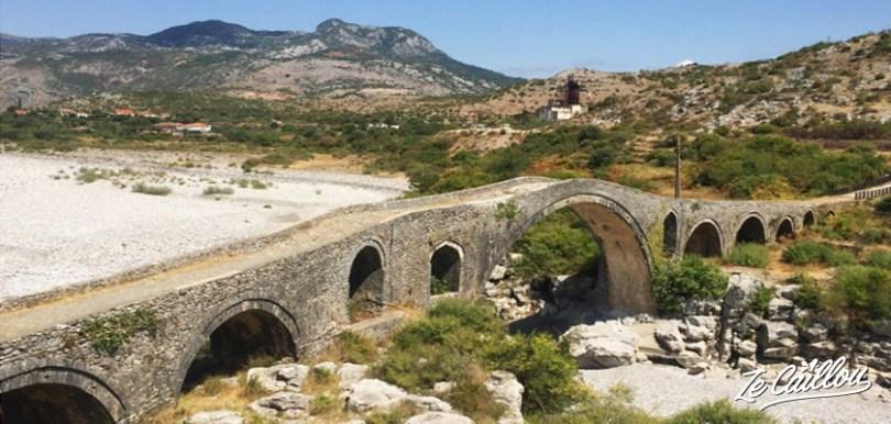 Le Pont a Mes au Nord-Est de Shkodra, le plus long pont Ottoman d'Albanie.