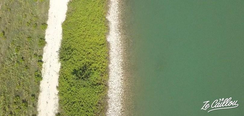 Spot de dodo en van proche d'un lac vers Berat à retrouver dans notre blog de voyage.