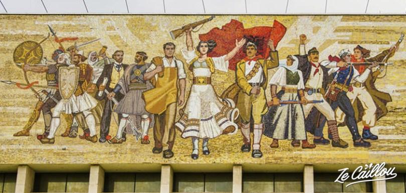 La façade en mosaïque du musée national historique d'Albanie à Tirana, la capitale.
