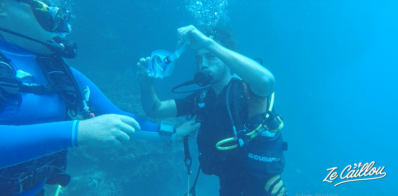 Learn exercices underwater like taking off your mask, lend or borrow a regulator...