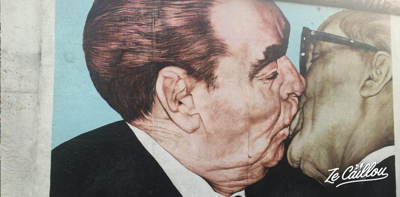 Le célèbre baiser entre Brejnev et Honecker sur le mur de Berlin dans la East Side Gallery.