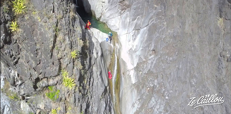 Wonderfull rappelling descent of 55 meters in the Fleur Jaune canyoning.