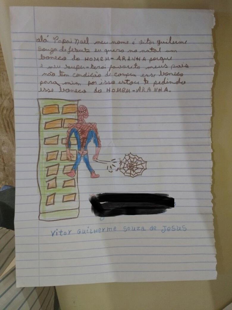 garoto quer um boneco do homem aranha