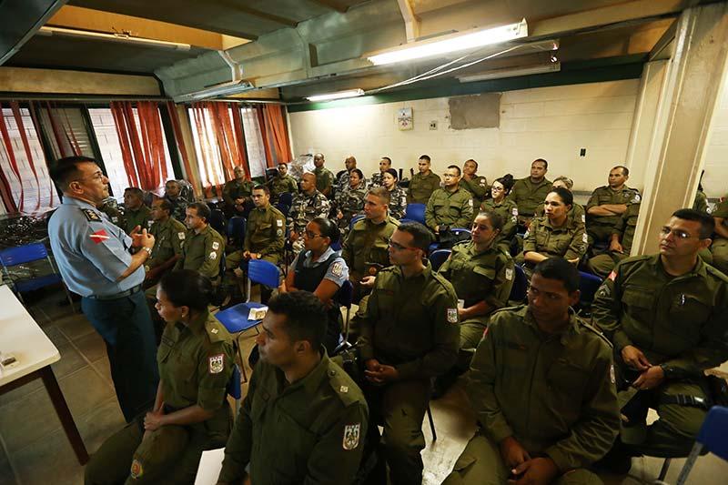 Treinamento-dos-militares-que-vão-trabalhar-no-colégio-CAIC