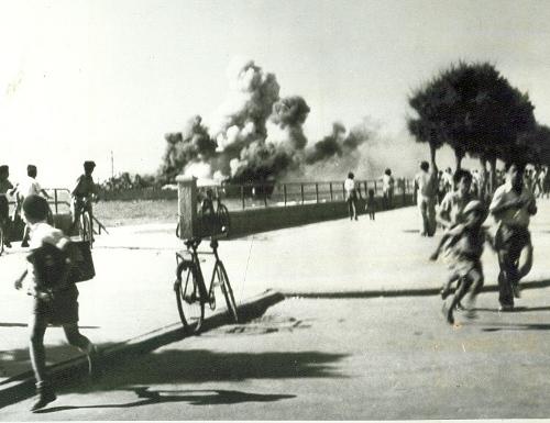 """אוניית הנשק אלטלנה מתפוצצת מפגזי צה""""ל. (ארכיון יעקב אלעזר)"""