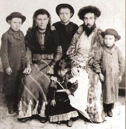 הסבא והסבתא מגיעים לארץ עם צאצאיהם