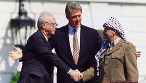 """על מדשאות הבית הלבן. לוחץ את ידו שלרבין לרגל חתימת הסכם אוסלואותו הגדיר ערפאת כ""""סוס טרויאני"""" שהוחדר לישראל."""