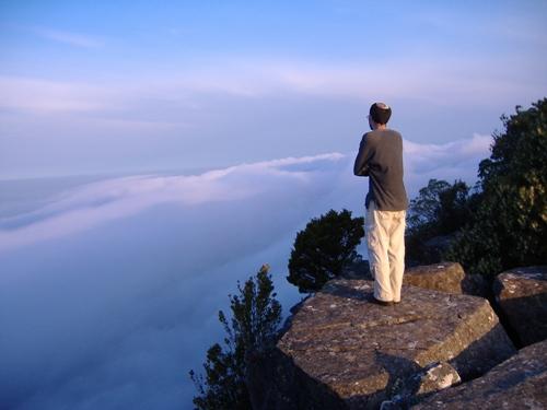 """"""" הרים טרשיים וחופי ים פראיים, עם יערות עד ואגמים כחולים ובוהקים"""" . אליאסף מתפלל מנחה בטזמניה"""