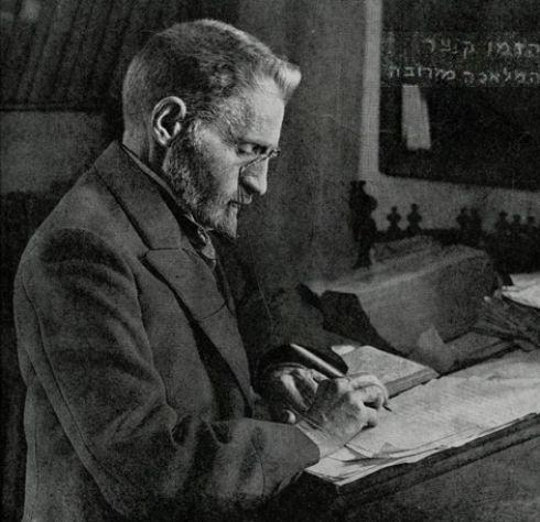 אליעזר בן יהודה ליד שולחן עבודתו