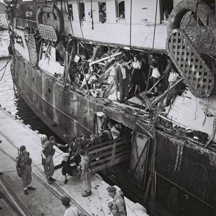 """""""עוד תבוסה כזו והאימפריה הבריטית תתפורר"""" הבריטים מפנים את האוניה."""