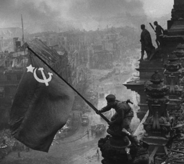וכך נסתיימה המלחמה דגל רוסיה הסובייטית מונף מעל לרייכסטאג