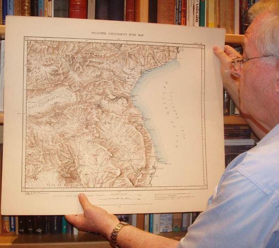 האספן המומחה דן ירדני מחזיק בקטע מפה בה נראית הכינרJPG