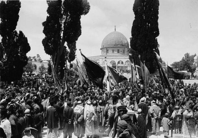 המון מוסת בחגיגות נבי מוסא על הר הבית ראשית שנות ה-20  (וישקישיתוף*
