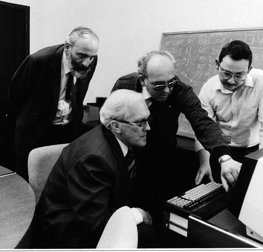 """שויקה ואביעזרי בתקופת עבודתם המשותפת במכון ויצמן (צילום: יח""""צ)"""