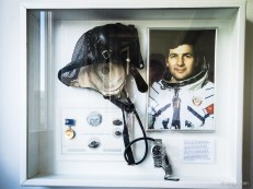 Weltraum-Equipment - ein Geschenk an Fortis zum 85. Firmenjubiläum von General Pjotr Iljitsch Klimuk, Chef des Kosmonauten Trainingscenters Star City