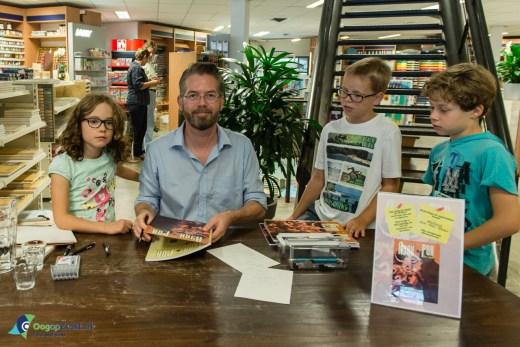 Wilbert van der Steen tekent en signeert
