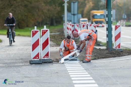 Het aanbrengen van de belijning op de kruising van de N237 en de panweg tijdens wegwerkzaamheden